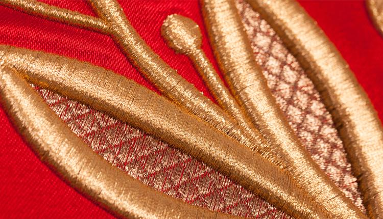 zbliżenie sztandar haftowany liść laurowy